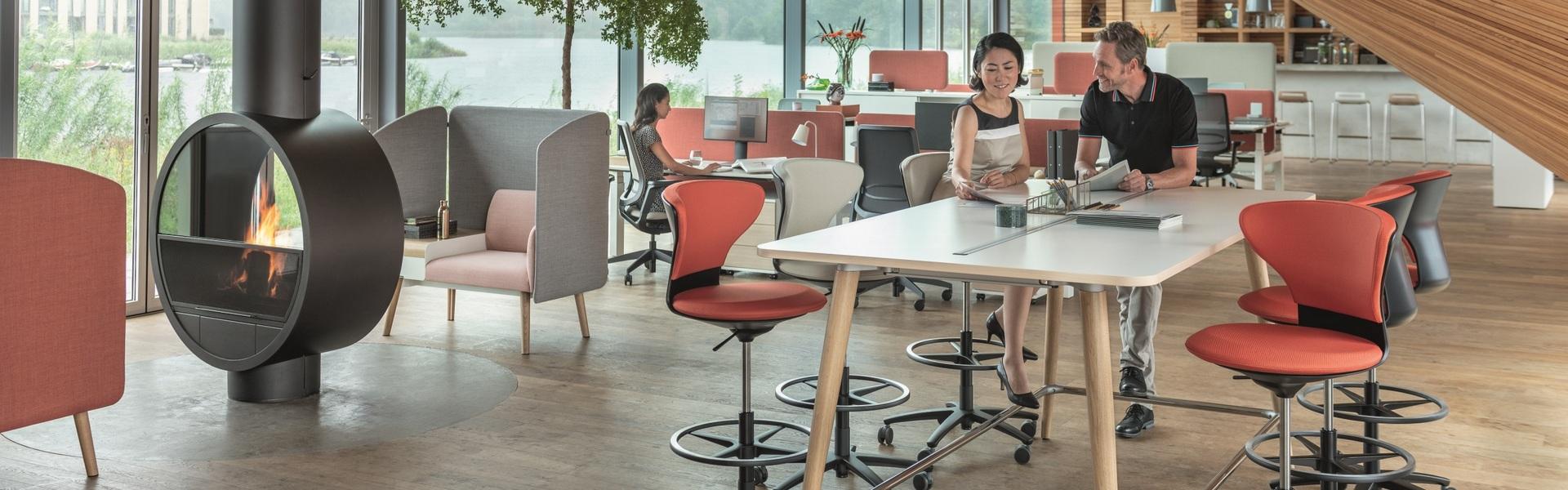 Inspirerende kantoorinrichting met verschillende zitelementen
