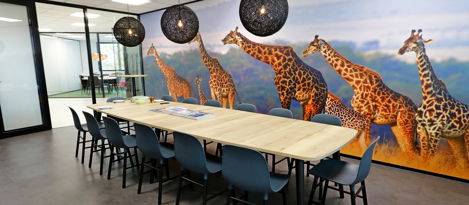 Jambo lunchruimte met wandvisual giraffen