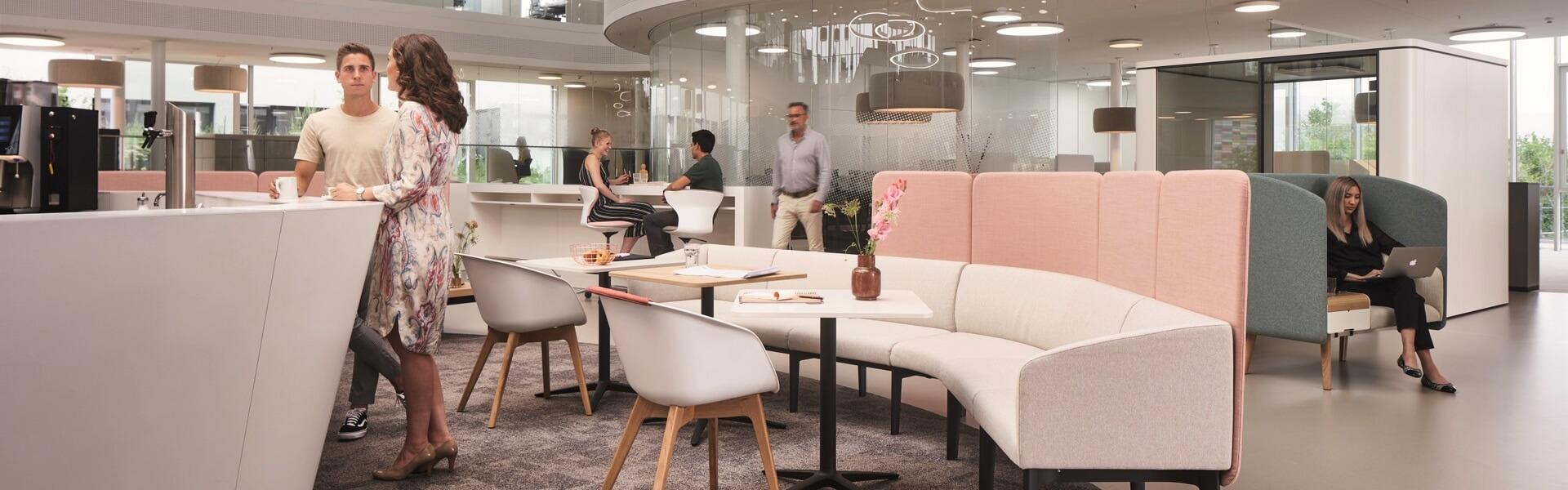 Dynamische kantoorinrichting door gebruik van zit-/sta bureaus