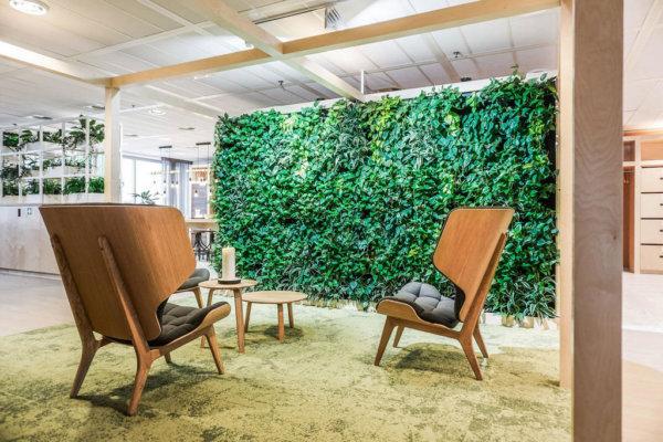 Wandbeplanting, moswand, karpet, zithoek, loungestoelen, salontafel.