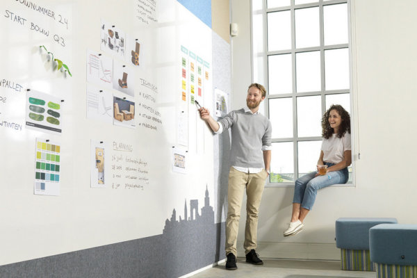 Presentatiebord, whiteboard, raam, vensterbank, poef, mensen.