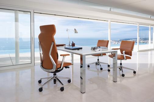 Perla directiemeubilair met leren stoelen