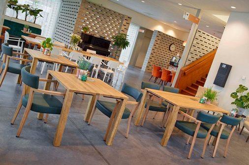 Perla zorgmeubilair hout met blauwe stoelen