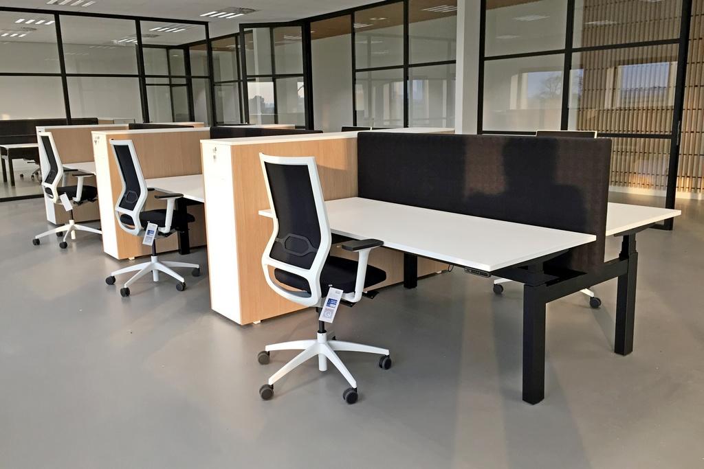 Perla zit-sta bureau D-stand bij project Kaptein