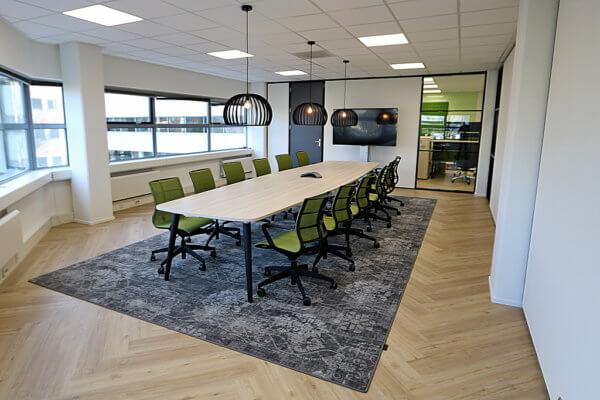 Proximo vergaderzaal met groene stoelen